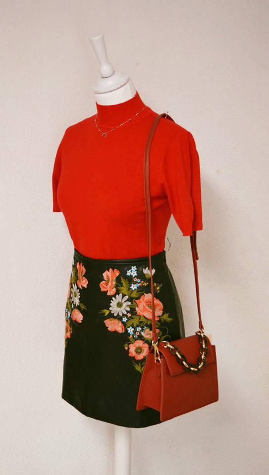 Ensemble top rouge et jupe noire